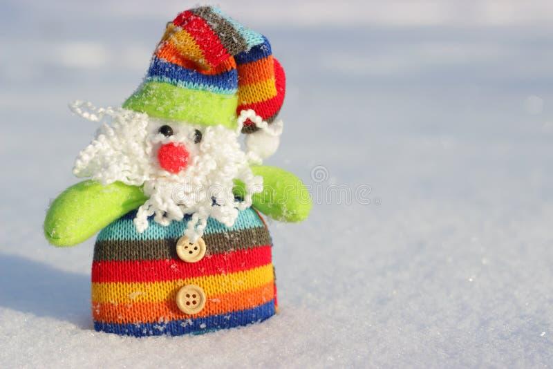 Heldere stuk speelgoed Kerstman in de sneeuw royalty-vrije stock afbeelding