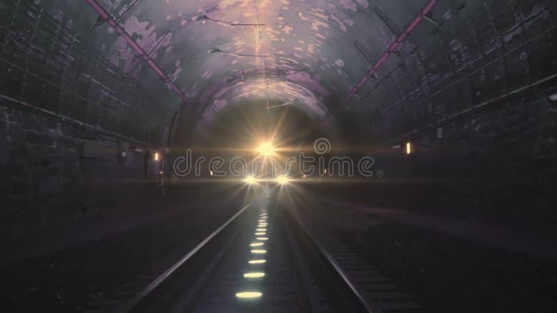 Heldere treinlichten die naar de camera komen in een donkere spoorwegtunnel stock foto's