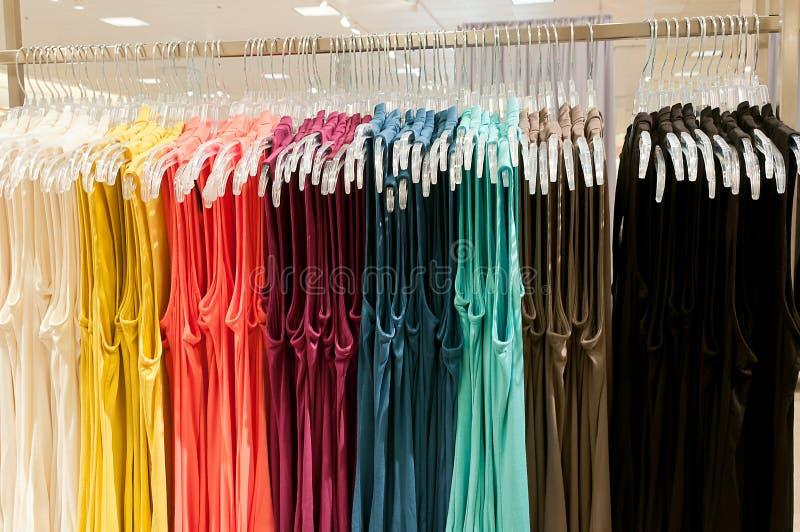 Heldere veelkleurige overhemden voor haar op verkoop stock fotografie