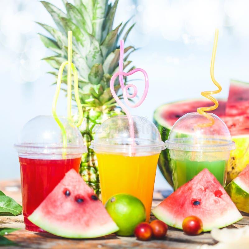 Heldere Verse gezonde sappen, fruit, ananas, watermeloen op de achtergrond van het overzees De zomer, rust, gezonde levensstijl stock afbeelding