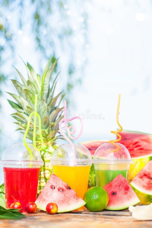 Heldere Verse gezonde sappen, fruit, ananas, watermeloen op de achtergrond van het overzees De zomer, rust, gezonde levensstijl stock foto's
