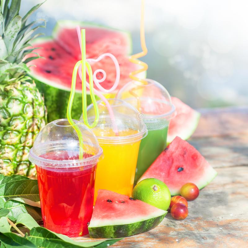 Heldere Verse gezonde sappen, fruit, ananas, watermeloen op de houten Zomer als achtergrond, rust, gezonde Dichte levensstijl royalty-vrije stock foto's