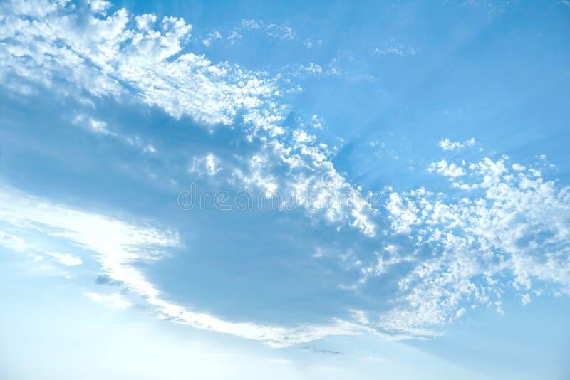 Heldere verzadigde blauwe hemel stock foto's