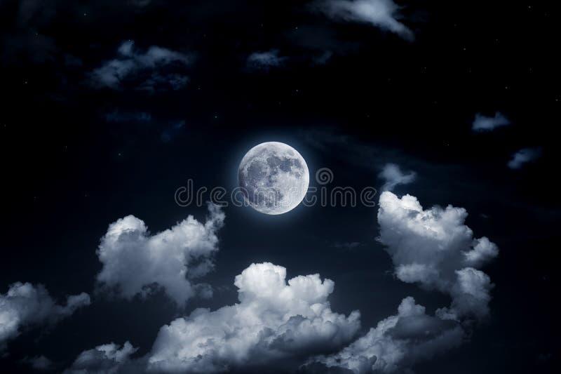Heldere volle maan in de sterrige hemel stock foto's