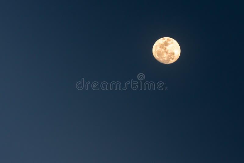 Heldere volle maan die op een duidelijke de zomernacht wordt geschoten stock fotografie
