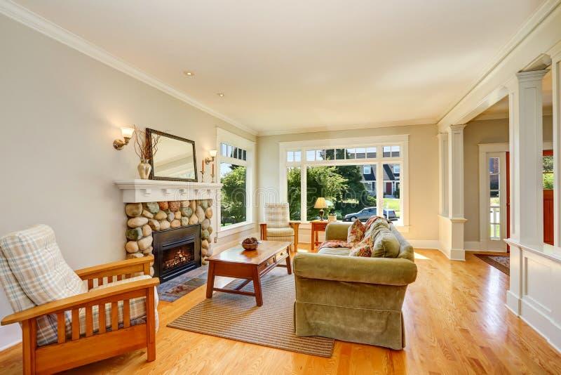 Heldere woonkamer met houten bevloering en meubilairreeks stock afbeelding