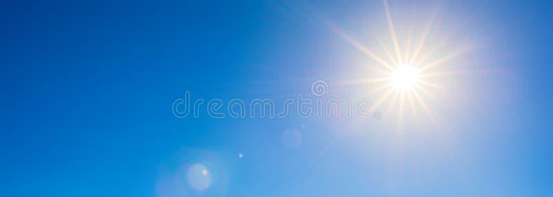 Heldere zon op blauwe hemel royalty-vrije stock afbeelding