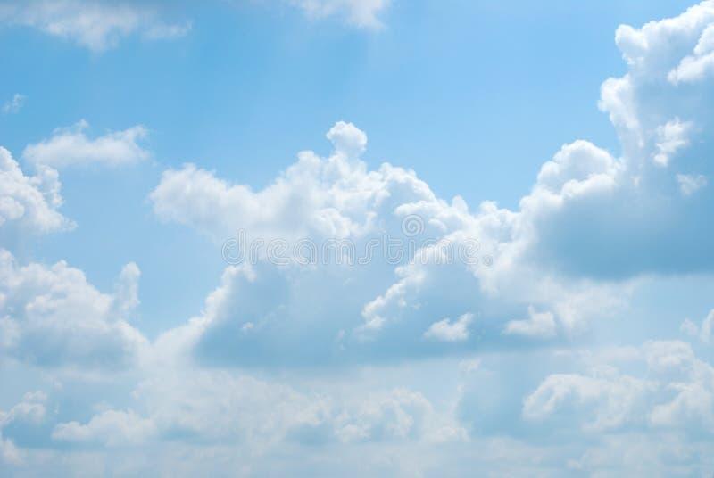 Heldere zonnige wolken tegen blauwe hemel royalty-vrije stock afbeelding
