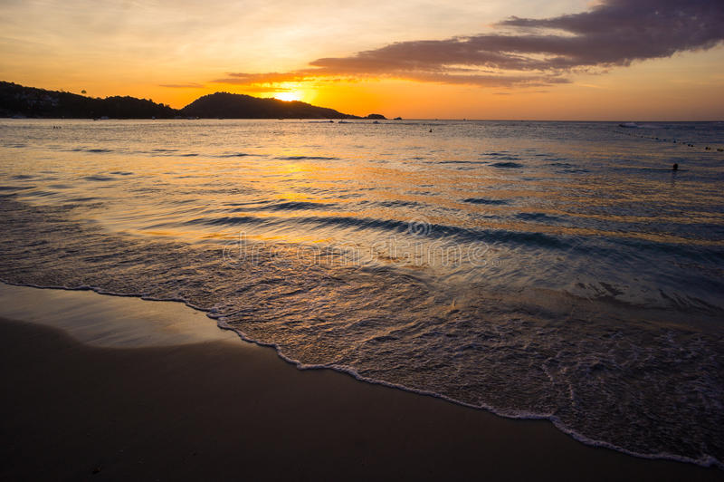 Heldere zonsondergang bij het overzees stock foto's