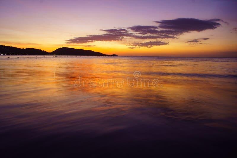 Heldere zonsondergang bij het overzees stock afbeelding