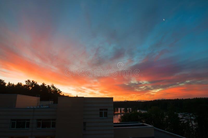 Heldere zonsondergang in de recente zomeravond stock foto