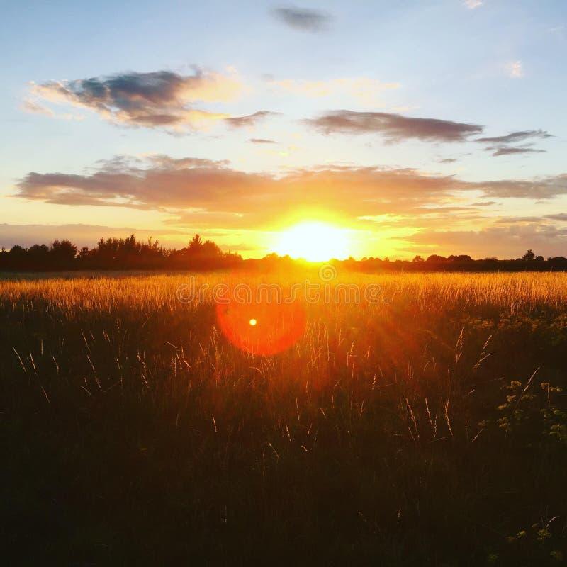 Heldere zonsondergang in een bewolkte hemel royalty-vrije stock foto