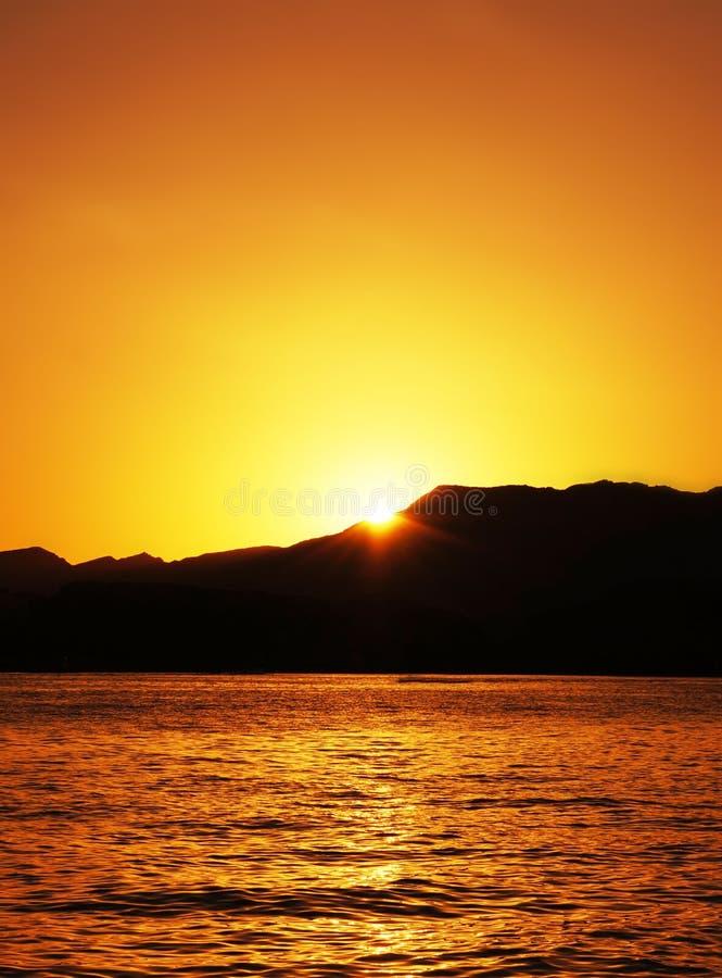 Citaten Over Zonsondergang : Heldere zonsondergang over het overzees stock afbeelding