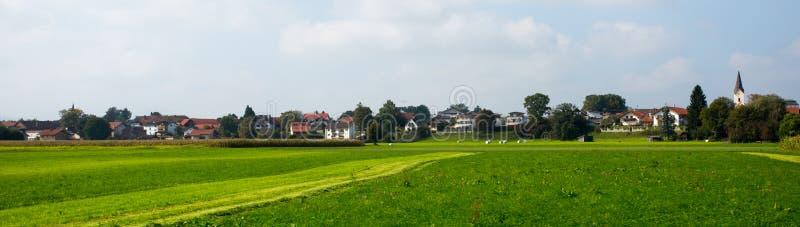 Download Heldergroene Weiden En Blauwe Hemel Stock Foto - Afbeelding bestaande uit cloudscape, landbouw: 54076700