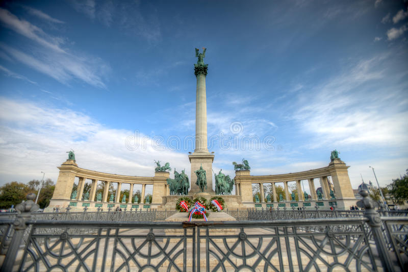 Heldquadrat in Budapest lizenzfreie stockbilder