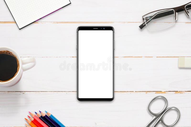 Heldtitelbild auf Arbeitsschreibtisch mit modernem intelligentem Telefon mit lokalisierter Anzeige für Modell, APP, Websitedarste lizenzfreie stockfotos