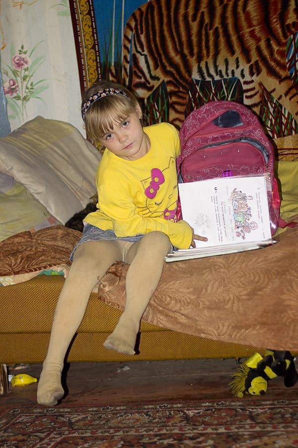 Helen czyta książkę obrazy stock