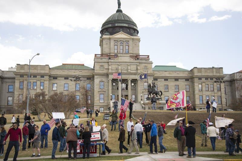 Helena, Montana - 19 april 2020: En grupp demonstranter i huvudstaden Capitol protesterar mot att regeringarna stängde av fotografering för bildbyråer