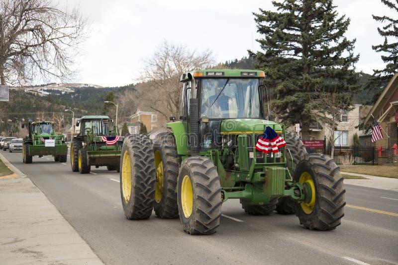 Helena, Montana - 19 april 2020: Jordbrukare i gröna traktorer som är försedda med amerikansk flagga runt Capitol-kvadratproteste fotografering för bildbyråer