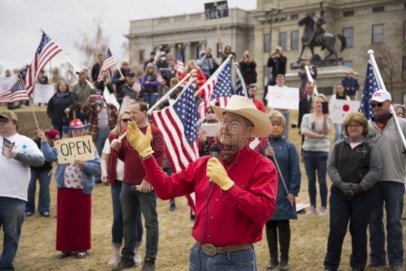 Helena, Montana - 19 april 2020: Senator Al Olszewski uttalade sig om ett protestfrihetsmöte på Capitol igen och stängningen av f royaltyfria foton