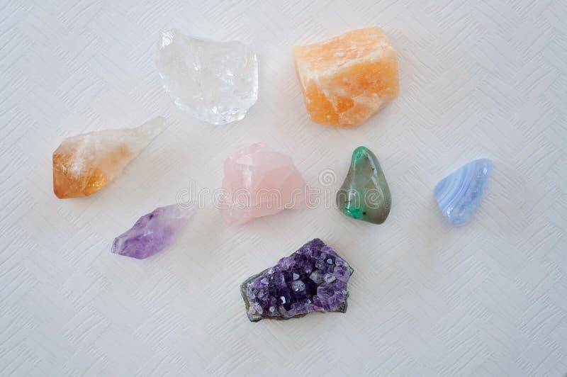 Helend kristallen op de lijst - het Violetkleurige Punt en de cluster, duidelijk Citroengeel kwarts, kalkspaat, namen kwarts toe stock fotografie