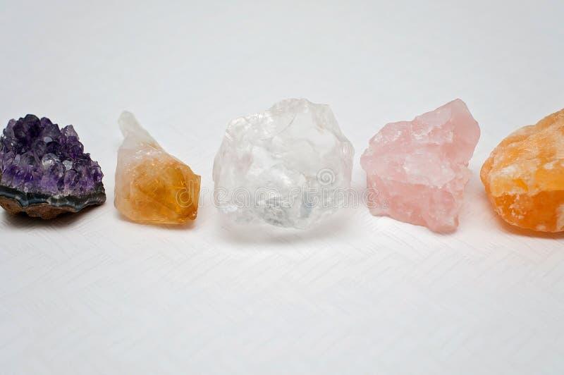 Helend kristallen op de lijst - de Violetkleurige cluster, duidelijk Citroengeel kwarts, kalkspaat, nam kwarts toe royalty-vrije stock fotografie