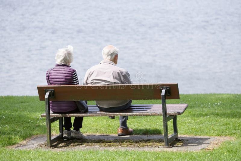 Helensburgh,Dunbartonshire/苏格兰- 2019年6月22日:退休的老资深夫妇坐公园长椅在沿海 免版税库存图片