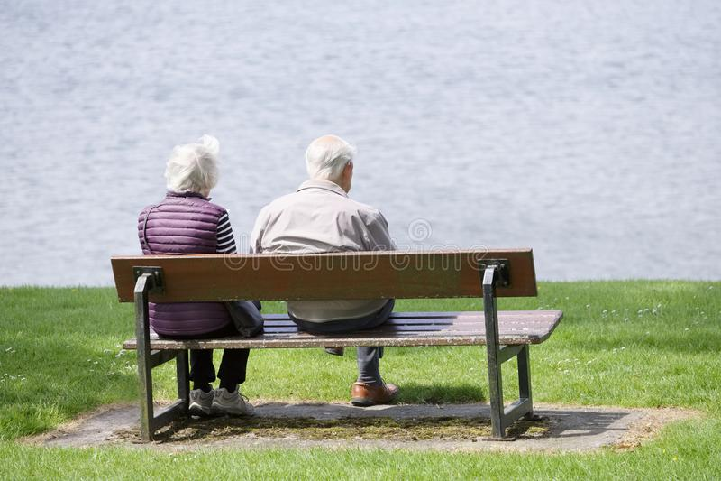 Helensburgh, Dunbartonshire/Ecosse - 22 juin 2019 : Les vieux couples supérieurs retirés se sont reposés sur le banc de parc à la image libre de droits