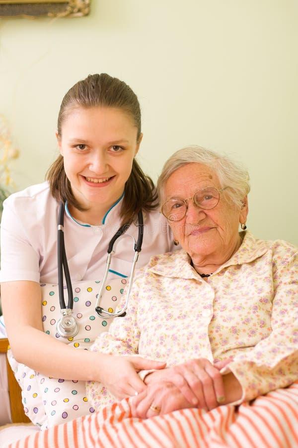 Helfen einer kranken älteren Frau stockfotos