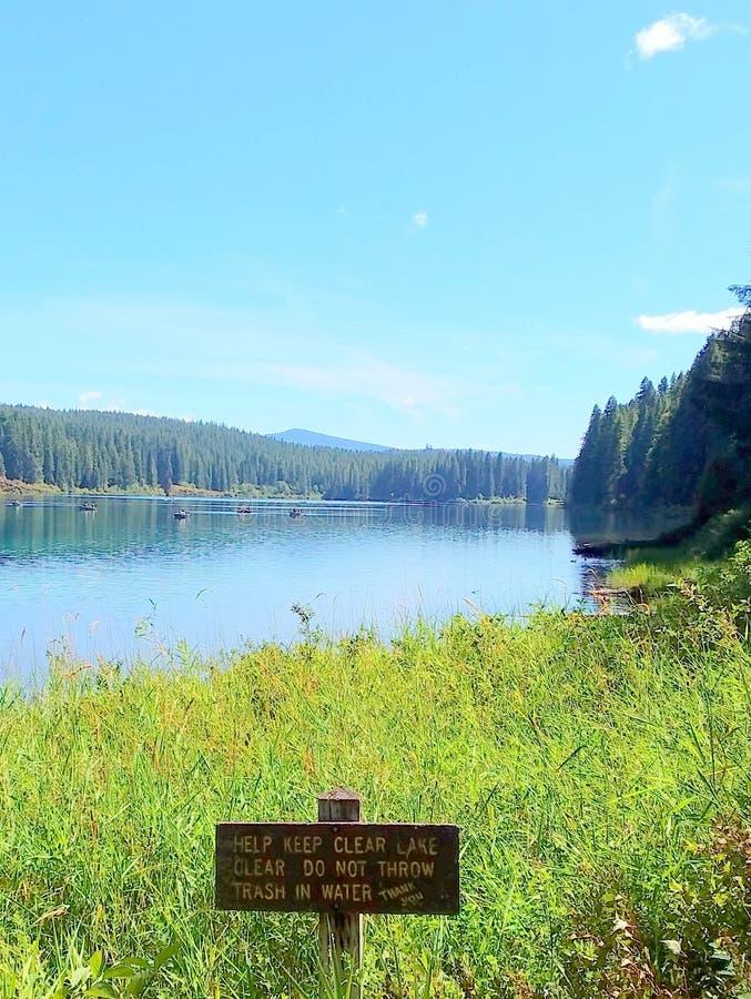 Helfen Sie dabei, den Clear Lake Clear Signature zu halten lizenzfreie stockfotografie