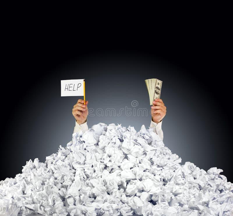 Helfen Sie mir! Person unter zerknittertem Stapel der Papiere stockfotos