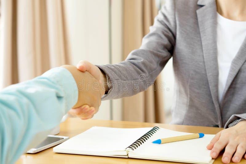 Helfende Hand Geschäftsmann zwei, der Hände rüttelt stockbild
