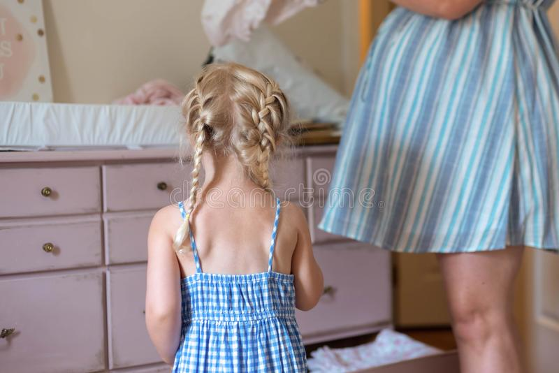 Helfende Mutter des kleinen Mädchens lizenzfreies stockbild