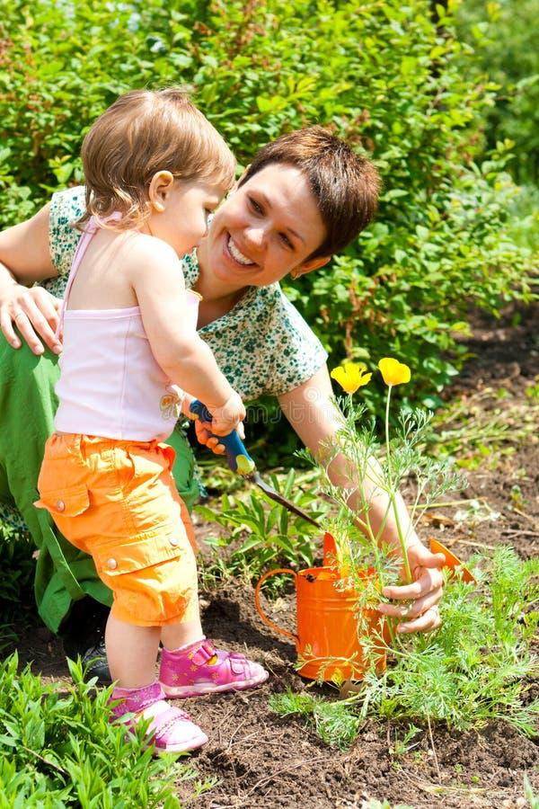 Helfende Mutter im Garten lizenzfreies stockbild