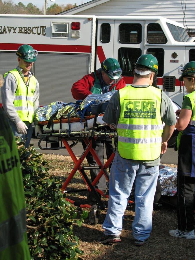 Helfende Transport verletzte Person weniger Leute stockbilder