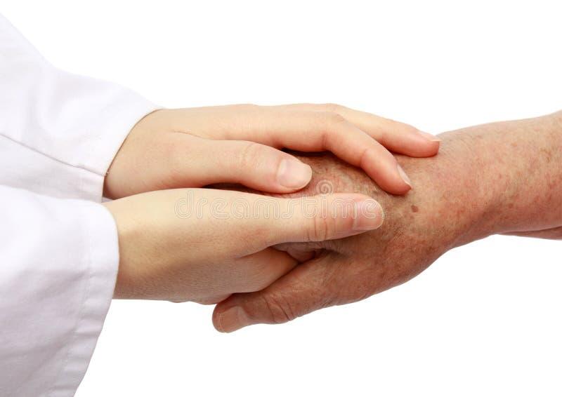 Helfender Älterer der Krankenschwester im Krankenhaus