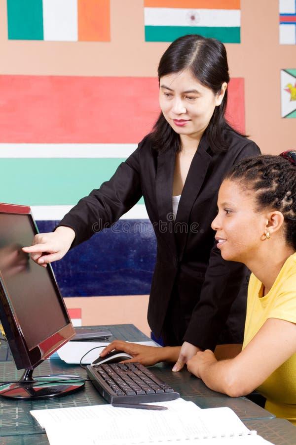 Helfender Kursteilnehmer des Lehrers stockbilder