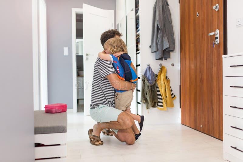 Helfender Sohn des Vaters zur Schule fertig werden lizenzfreies stockfoto