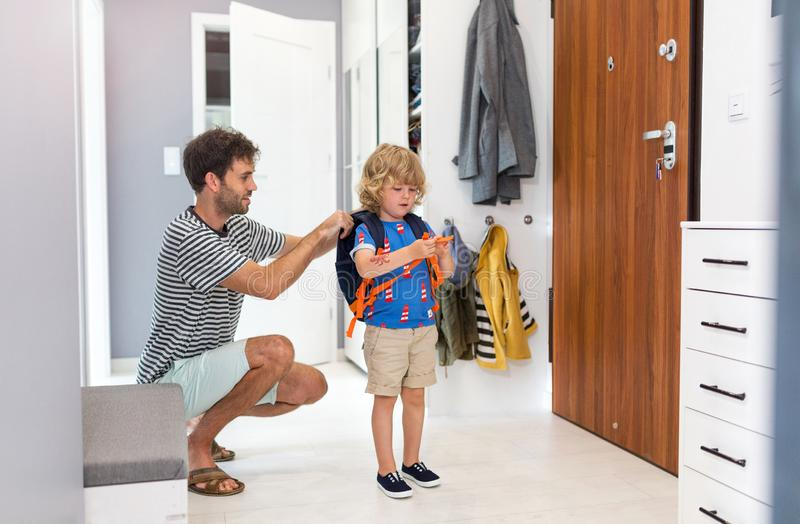 Helfender Sohn des Vaters zur Schule fertig werden stockbilder