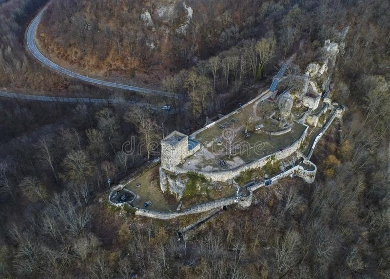 Helfenstein在魏莱尔ob Helfenstein,德国的兹瓦本地方白长袍,德国的城堡废墟鸟瞰图  免版税库存照片