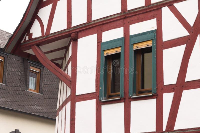 Helft-betimmerd huis met rode houten stralen amd groene vensters Duitsland stock foto's