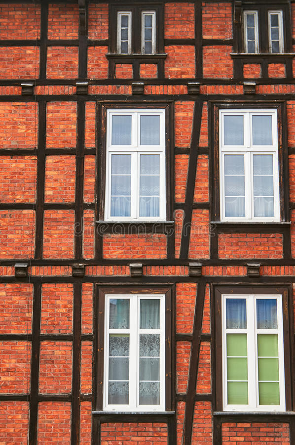 Helft-betimmerde muur met vensters stock afbeelding