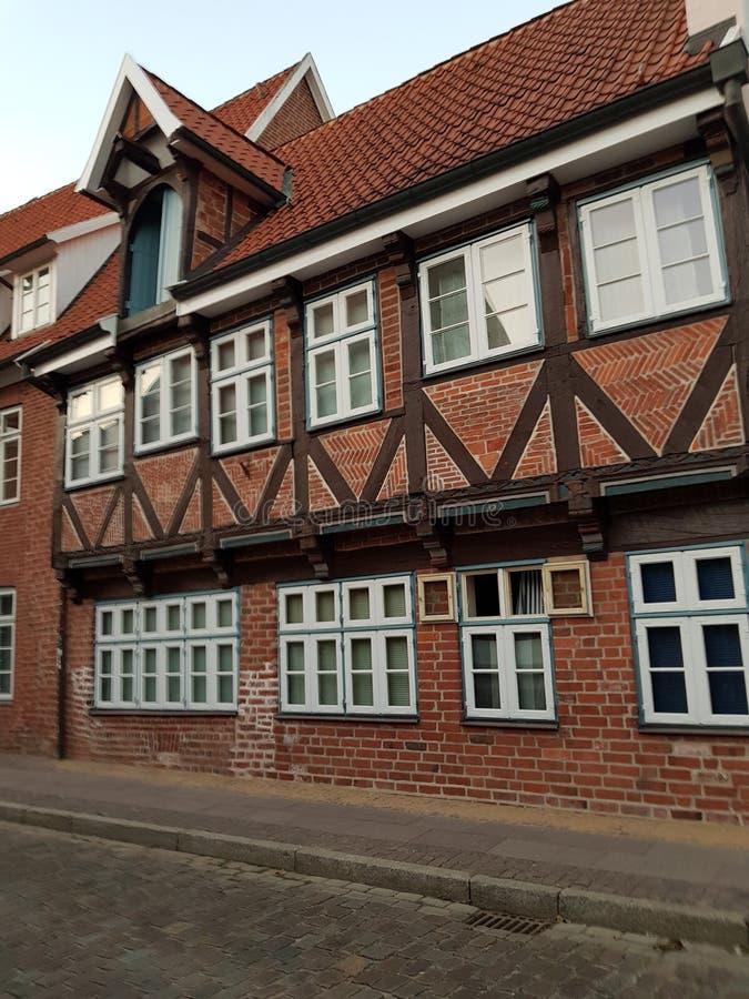 Helft-betimmerde rode baksteenhuizen in Lueneburg royalty-vrije stock foto's
