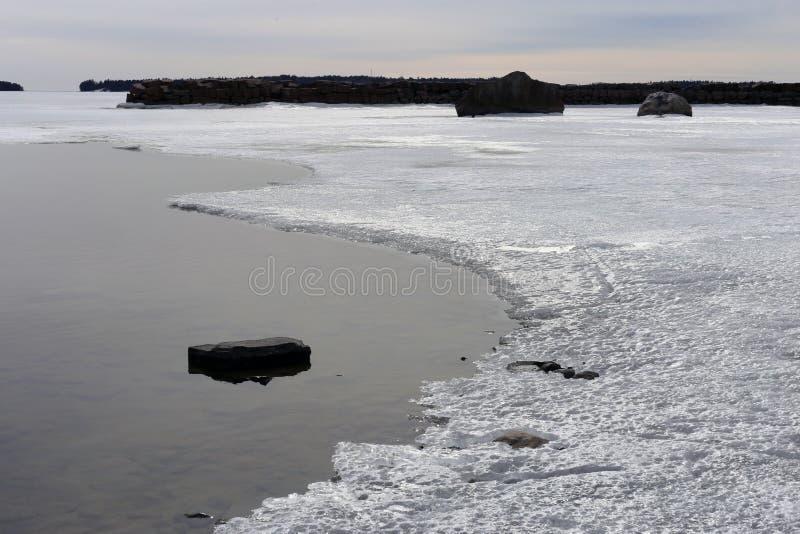 Helft-bevroren die Oostzee tijdens lentetijd in Finland wordt gefotografeerd royalty-vrije stock foto