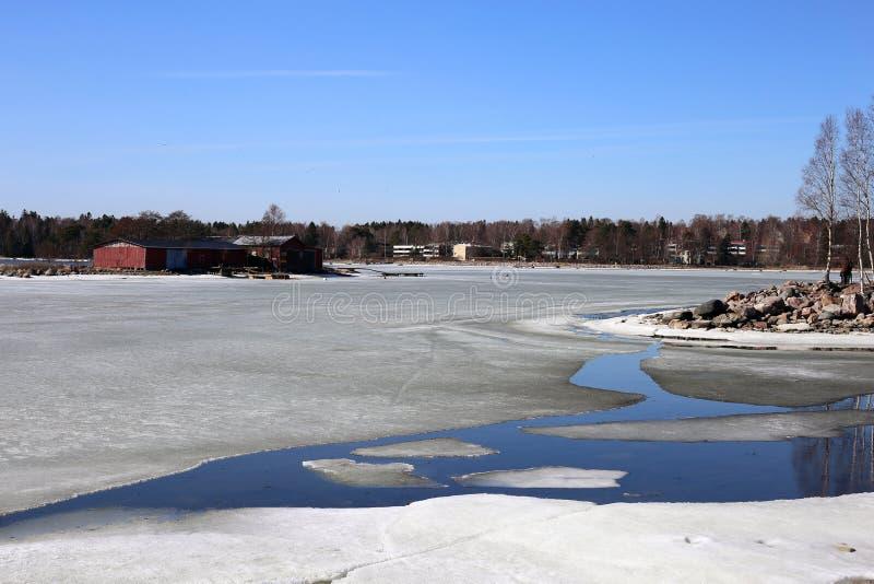 Helft-bevroren Oostzee tijdens Sunny Spring Day stock afbeeldingen