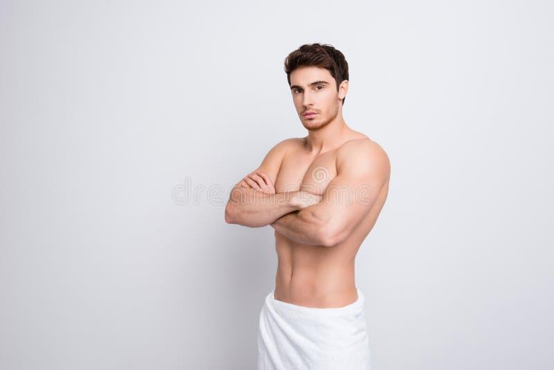 Helft-gedraaid portret van naakte knappe seksuele aantrekkelijke brunett stock fotografie
