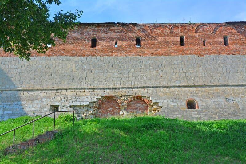 Helft-geruïneerde muur van Zaraysk het Kremlin stock foto's