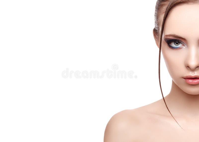 Helft-gezicht portret van mooie gevoelige vrouw met perfecte verse schone huid, nat effect op haar gezicht en lichaam stock foto's