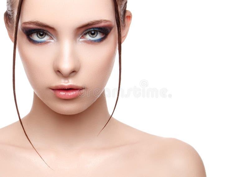 Helft-gezicht portret van mooie gevoelige vrouw met perfecte verse schone huid, nat effect op haar gezicht en lichaam royalty-vrije stock foto