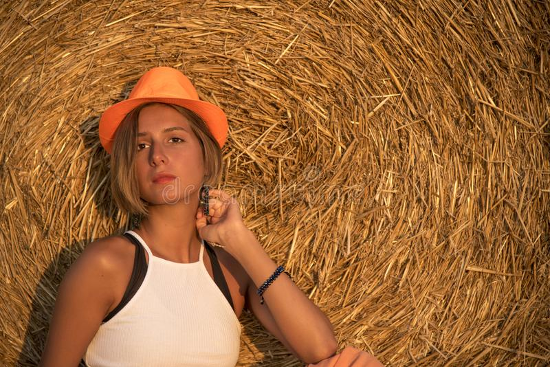 Helft-lengte portret van een meisje in een oranje hoed royalty-vrije stock foto's